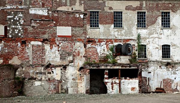 Letzte Mauer einer Papierfabrik