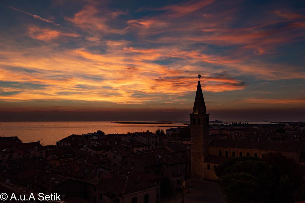 Über den Dächern von Grado bei Sonnenuntergang