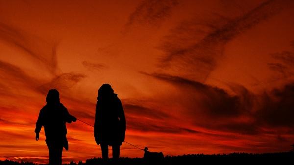 Sonnenuntergang Mann Frau mit Hund