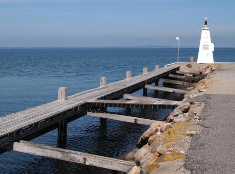 Leuchtturm auf Mole an der Hafeneinfahrt von Bogense, Insel Fünen, Dänemark neu