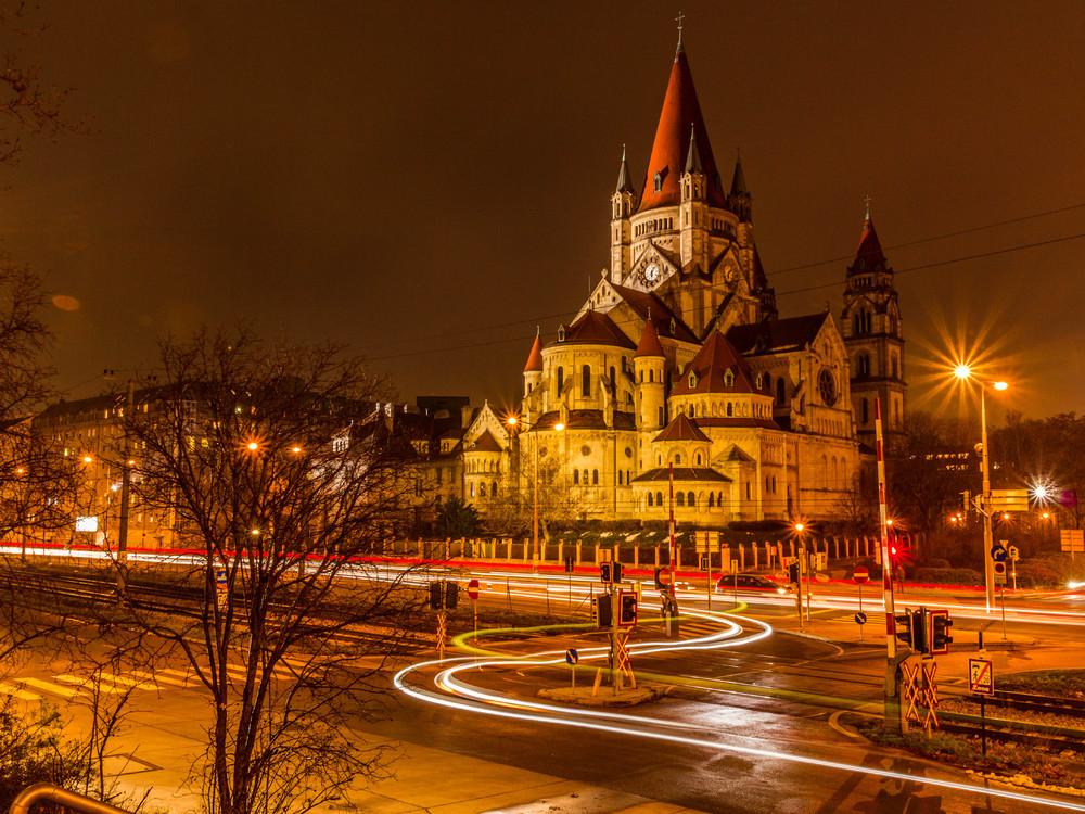 Assisi Kirche Wien bei Nacht