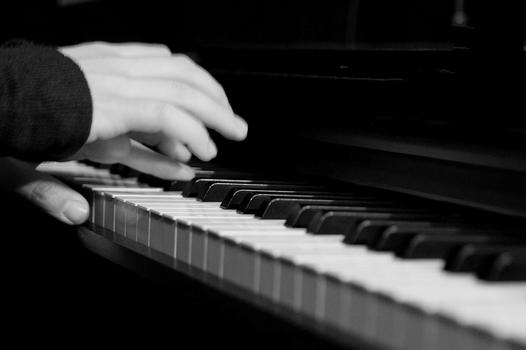 piano [ˈpi̯aːno]
