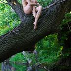 Nackt auf Bäume klettern