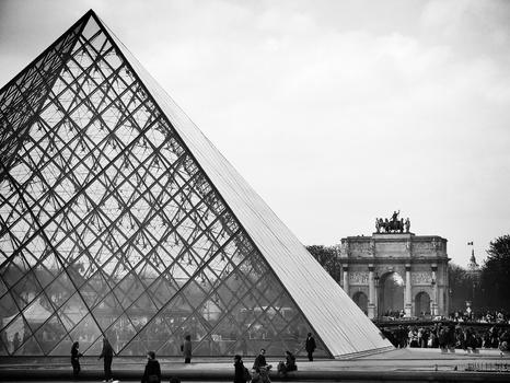 Louvre-Pyramide mit Arc de Triomphe du Carrousel / Paris