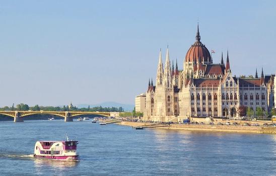 Pink VOR dem Parlamentsgebäude / Budapest