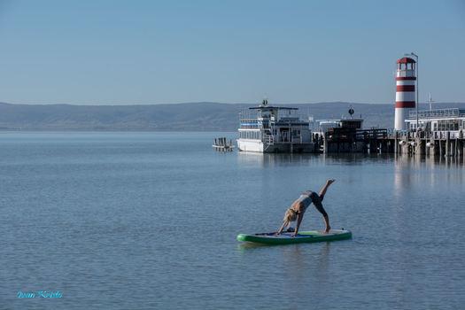 Yoga übung am See