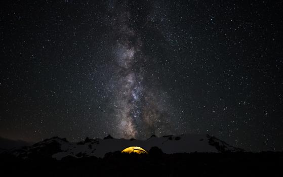 Mit dem Zelt unter der Milchstraße