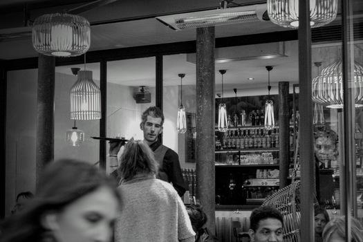 Vor einer Bar in Paris