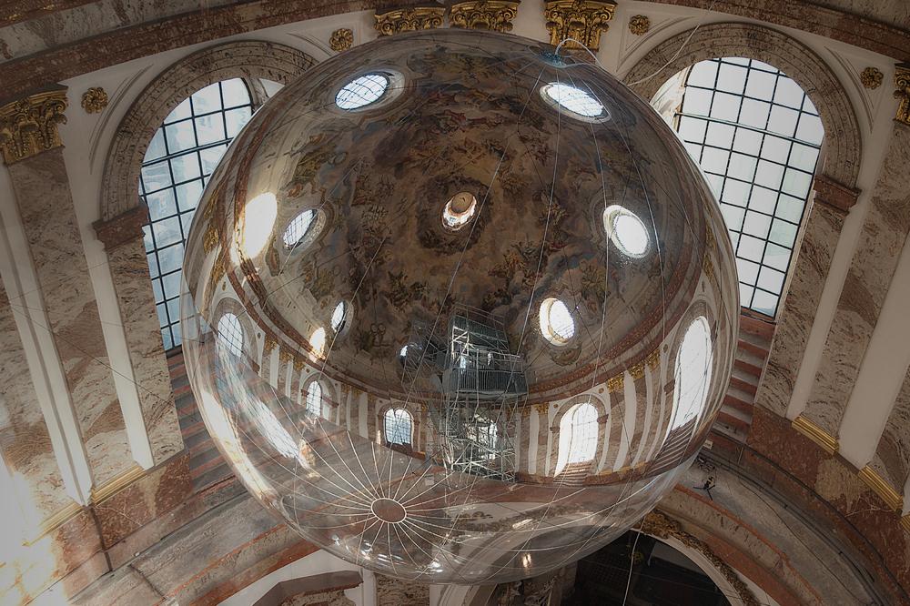 Riesenkugel in der Karlskirche