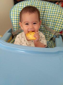 Baby isst Nahrung