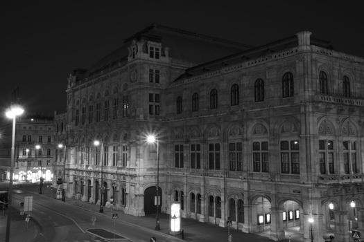 Rückansicht der Wiener Oper bei Nacht in S/W