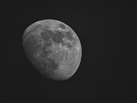Der Mond am späten Nachmittag