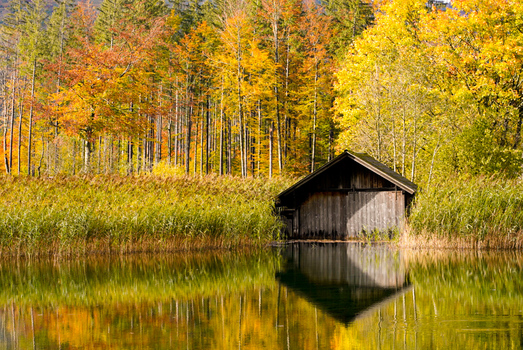 Bootshaus im Herbst