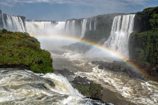 Der Regenbogen am Iguacu Wasserfall
