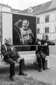 Menschenbilder Ausstellung Graz , Felix Fida in der Corona Abstandshaltung