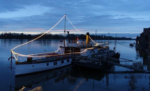 Raddampfer auf der Elbe bei Lauenburg in der blauen Stunde