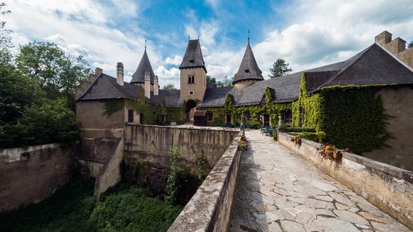 Die Burg, die ein Schloss sein will