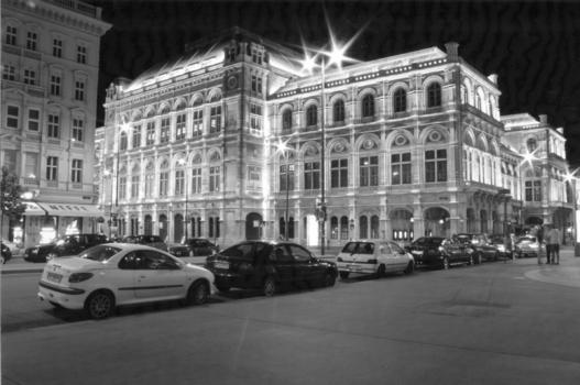 Staatsoper bei nacht schwarz/weiss