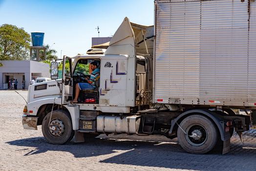 Laster mit Automatischer Reifenfüllanlage