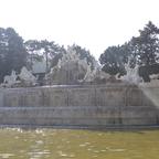 Brunnen unterhalb der Gloriette.