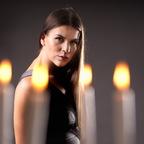 Hinter Kerzen