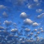 Blaue Wolkenflucht