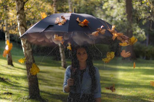 Schlechtes Wetter unter einem Regenschirm