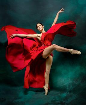 Valentina im roten Kleid
