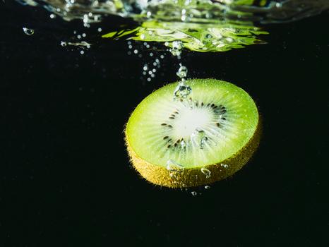 Etwas grün im schwarzen Becken