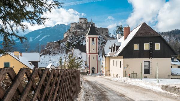 Burg Klamm mit geborgtem Kirchturm