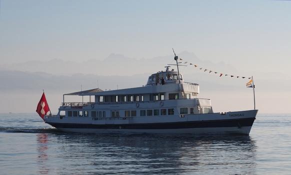Schweizer Bodenseeschiff vor Wasserburg