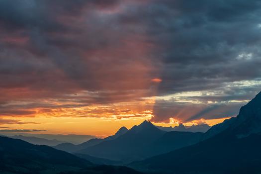 ein spektakulärer Sonnenuntergang im Ennstal