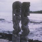 TOTEM-FIGUREN AUF DER INSEL BIG ISLAND - HAWAII VOR CA. 45 JAHREN