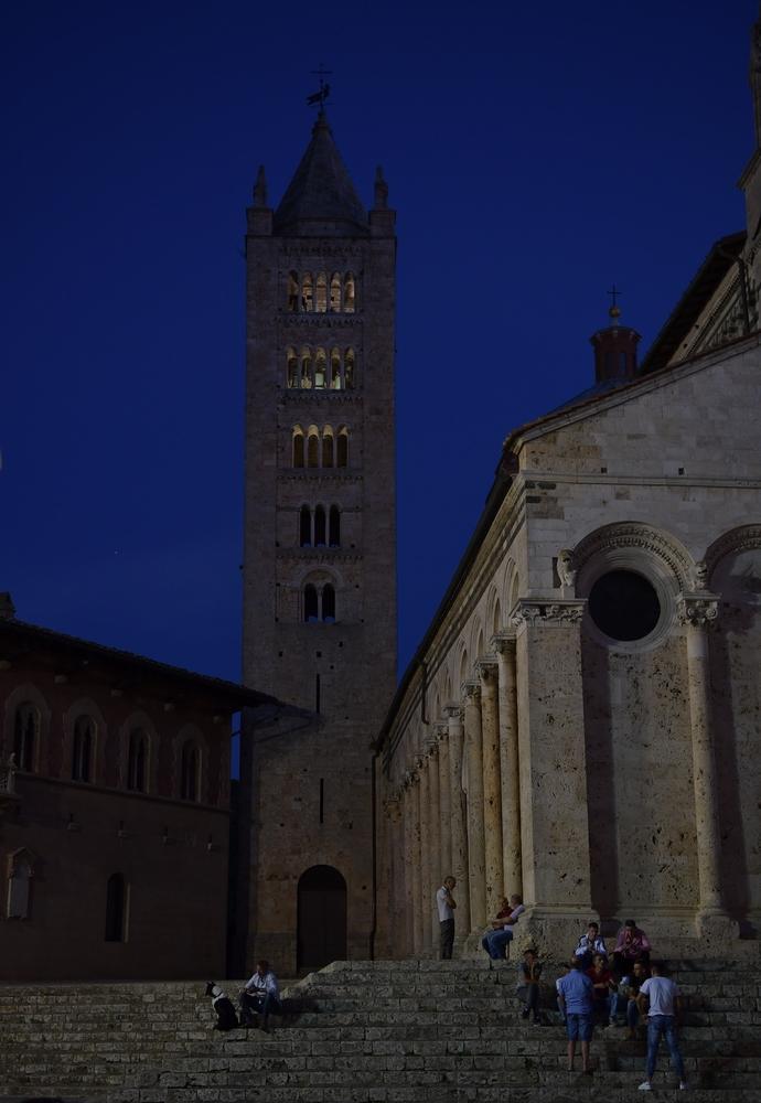 Der Turm von San Cerbone (Massa Marittima) zur blauen Stunde
