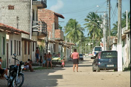 STRASSENSZENE IN EINEM KLEINEN FISCHERDORF IN BAHIA -BRASILIEN