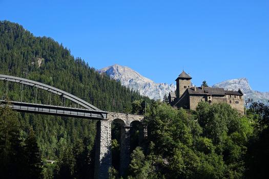 Schloß Wiesberg mit der Trisannabrücke...