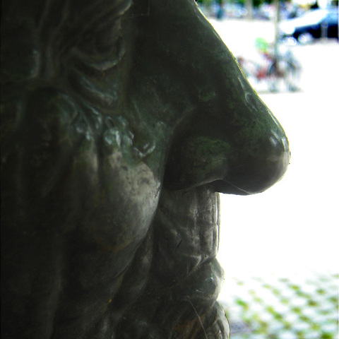 Statue: alte Frau