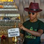 Bertreutes Trinken mit Mr. Cool.