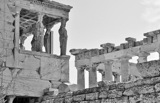 Die Karyatiden blicken Richtung Parthenon-Tempel / Akropolis / Athen