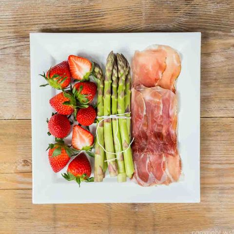 Green asparagus with ham and strawberries