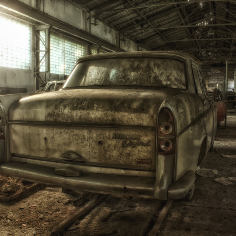 Ein Morris Oxford in einer verlassenen KfZ Werkstatt