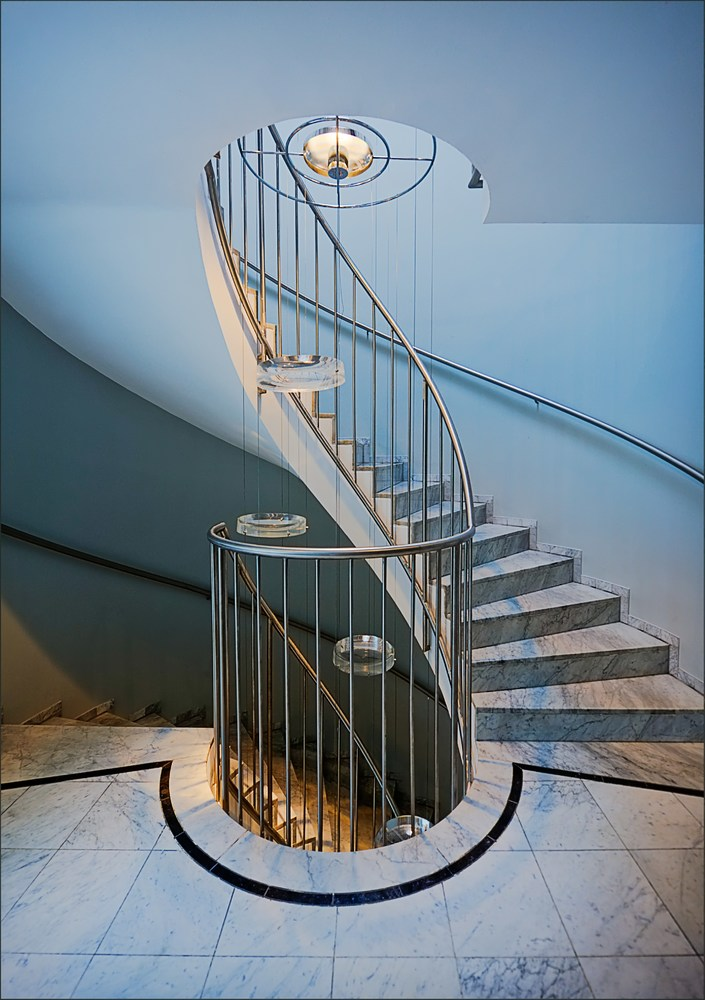 Treppenhaus mit Glaslinsendeko