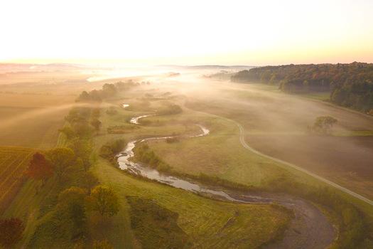 Flusslauf im Nebel
