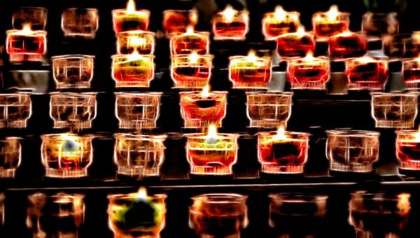 Kerzen, etwas künstlerisch.