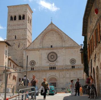 Der Dom von Assisi mit Baustelle