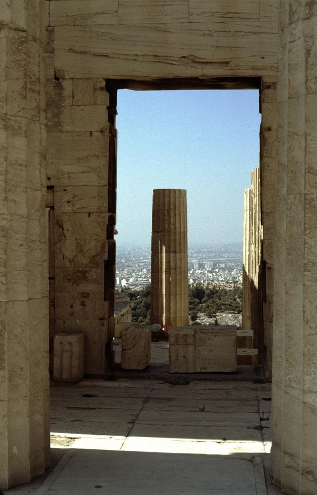Blick durch den Parthenon Richtung Piräus 1985 (Diascann)