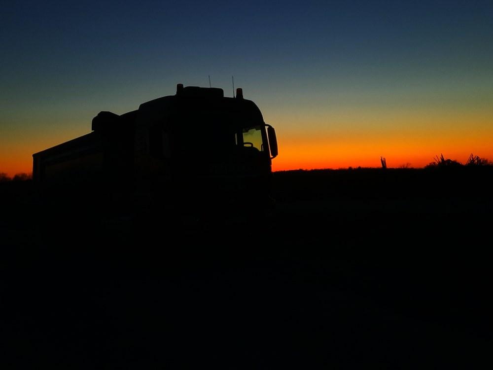 Abendrot mit geparkten Lkw