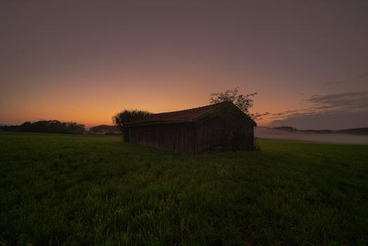 Heu Scheune im Nebel bei Sonnenuntergang
