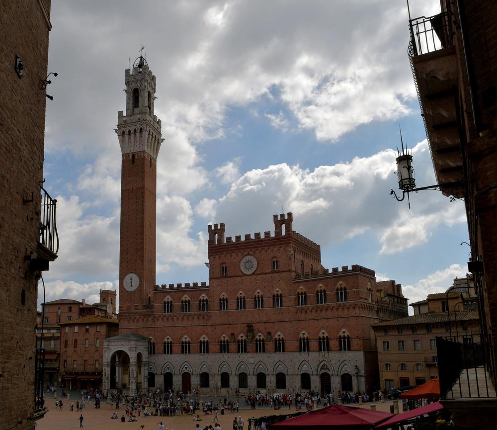 Palazzo Pubblico aus der Costa Barbieri gesehen (Siena)