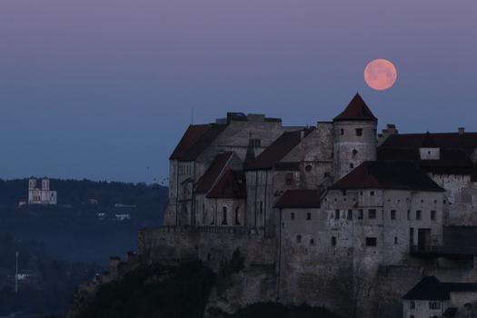 Vollmond über der Burg